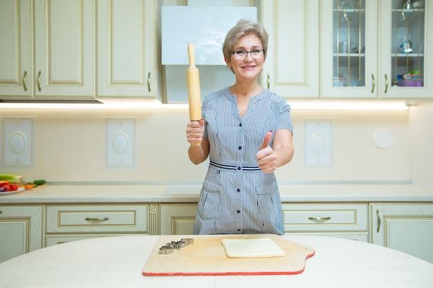 Piękna stylowa kobieta gotuje w kuchni