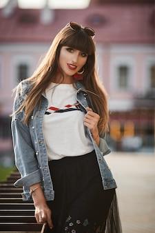 Piękna stylowa kobieta w dżinsowej kurtce