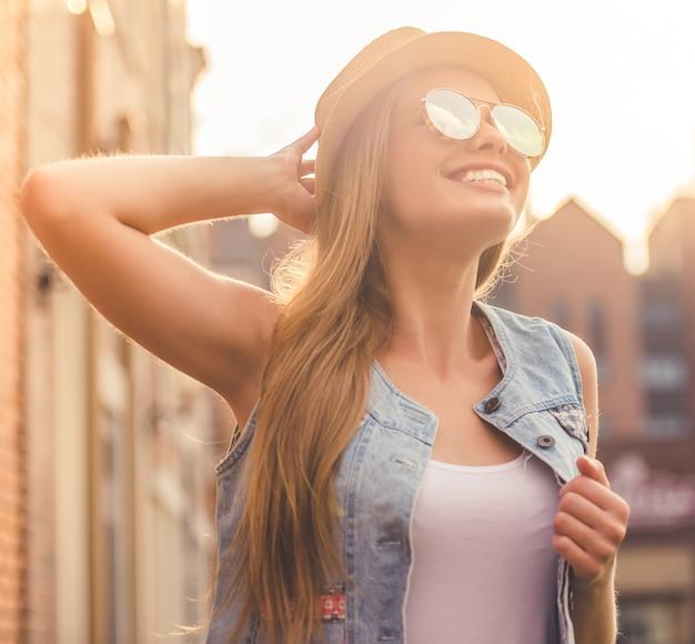 Piękna stylowa młoda dziewczyna w przypadkowych ubraniach.