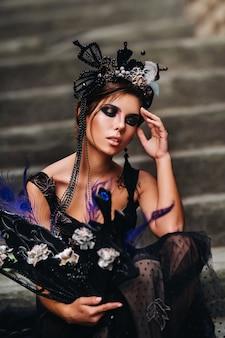 Piękna stylowa panna młoda w czarnej sukni spaceruje po florencji