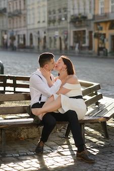 Piękna stylowa para całuje na randkę na świeżym powietrzu na starym mieście