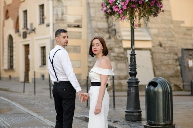 Piękna stylowa para na randce na ulicach starego miasta.