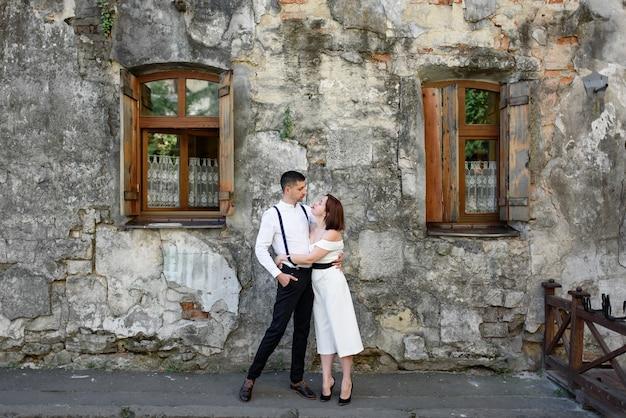 Piękna stylowa para na randce na ulicach starego miasta