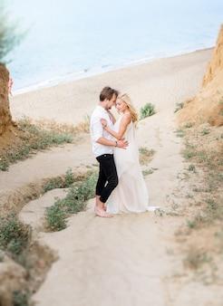 Piękna stylowa para spaceru na wybrzeżu
