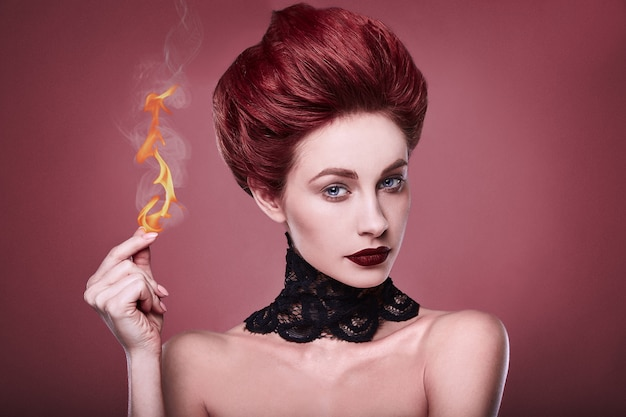 Piękna stylowa ruda kobieta z fryzurą i biżuterią naszyjnik