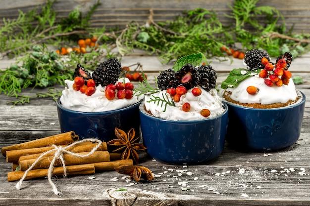 Piękna świąteczna babeczka ze śmietaną i jagodami