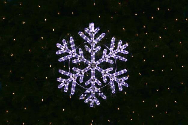 Piękna świąteczna dekoracja, jasny świecący płatek śniegu