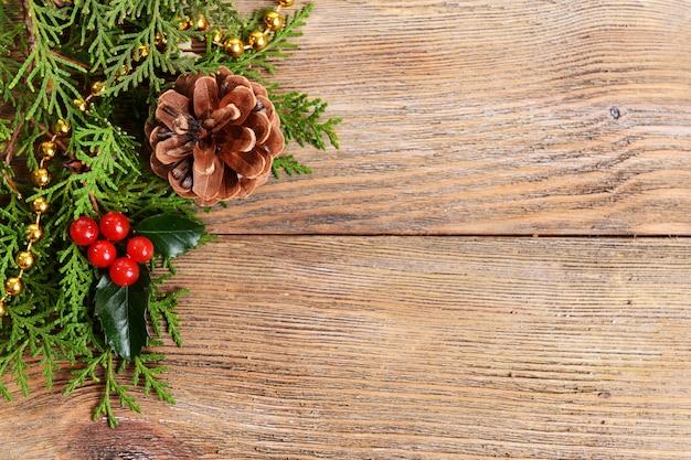 Piękna świąteczna granica z jodły i jemioły na drewnianym tle