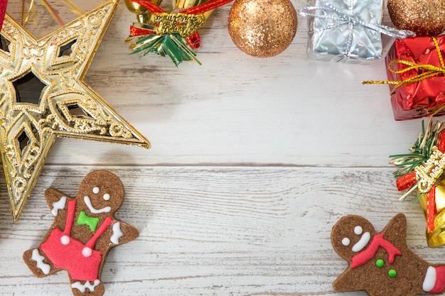Piękna świąteczna kompozycja i dekoracja z pieczonym piernikiem na jasnym tle drewnianych