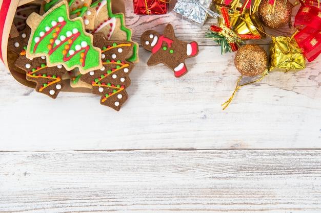 Piękna świąteczna kompozycja i dekoracja z pieczonymi świątecznymi pierniczkami