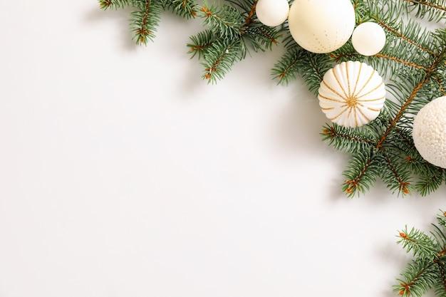 Piękna świąteczna kompozycja na białym tle