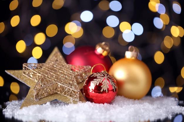 Piękna świąteczna kompozycja na stole na jasnym tle