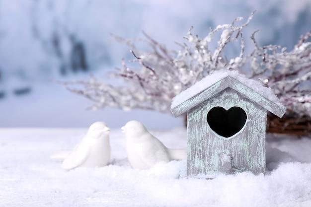 Piękna świąteczna kompozycja z małym domkiem dla ptaków