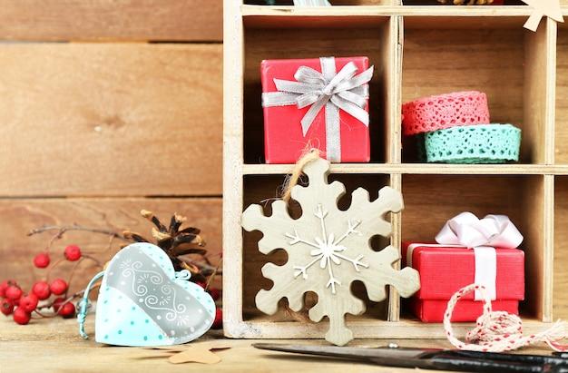 Piękna świąteczna kompozycja z prezentami w drewnianej skrzyni