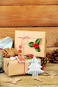 Piękna świąteczna kompozycja z ręcznie robionymi prezentami na drewnianym tle