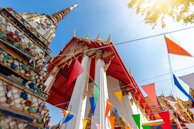 Piękna świątynia buddyjska wat pho w stolicy tajlandii bangkok na tle błękitnego nieba,