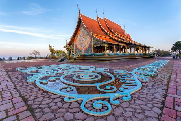 Piękna świątynia phu dumna w sirindhorn district