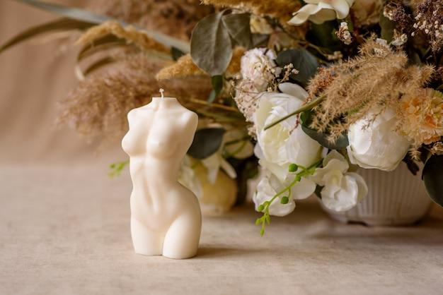 Piękna świeca w kształcie ludzkiego ciała stworzy atmosferę romantycznego wieczoru