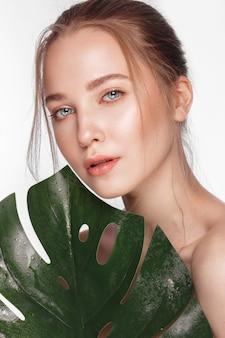 Piękna świeża dziewczyna o doskonałej skórze, naturalnym makijażu, piękna twarz,