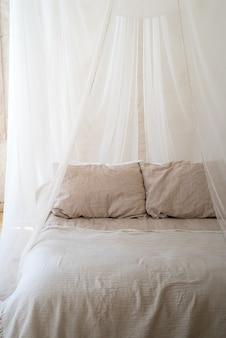 Piękna sypialnia z drewnianym łóżkiem z baldachimem