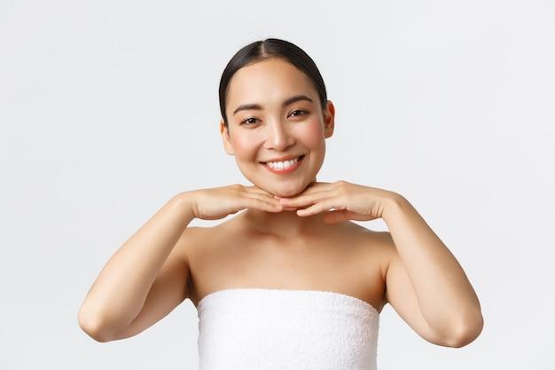 Piękna szczęśliwa azjatycka kobieta