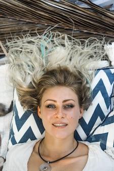 Piękna szczęśliwa dziewczyna kobieta blond uśmiechnięty close-up portret.