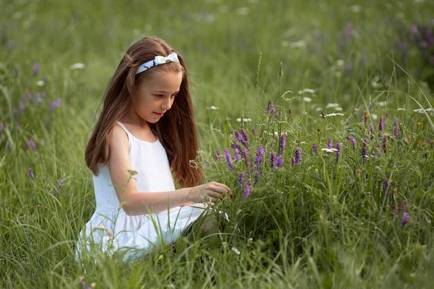 Piękna szczęśliwa dziewczyna zabawy na łonie natury