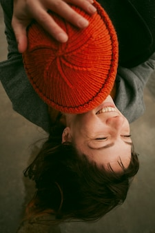 Piękna szczęśliwa i uśmiechnięta kobieta