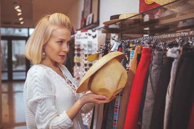 Piękna szczęśliwa kobieta cieszy się zakupy przy sklepem odzieżowym