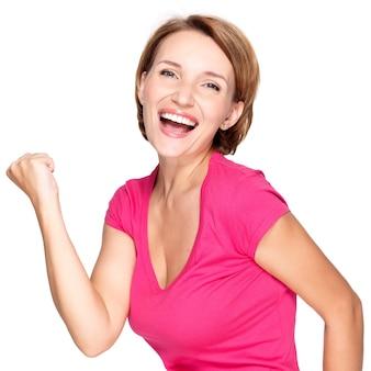 Piękna szczęśliwa kobieta świętująca sukces jako zwycięzca z wyrazem икшпре