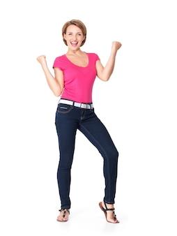 Piękna szczęśliwa kobieta świętuje sukces jako zwycięzca z dynamiczną ekspresją energetyczną na białym tle