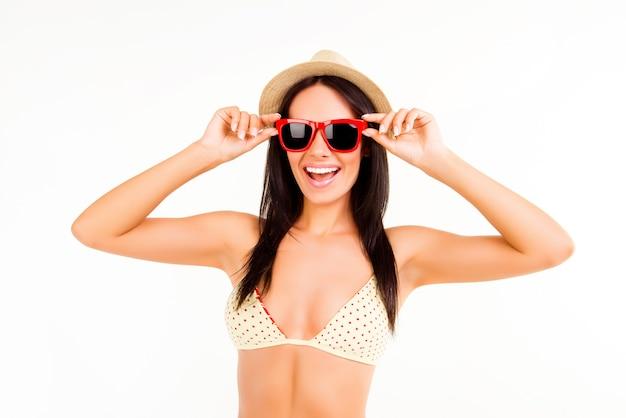 Piękna szczęśliwa kobieta w kapeluszu lato i okulary, śmiejąc się