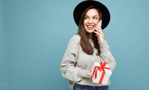 Piękna szczęśliwa młoda brunetka kobieta odizolowywająca