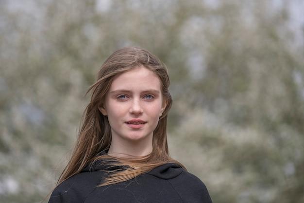 Piękna szczęśliwa młoda dziewczyna w przyrodzie. portret z bliska na zewnątrz