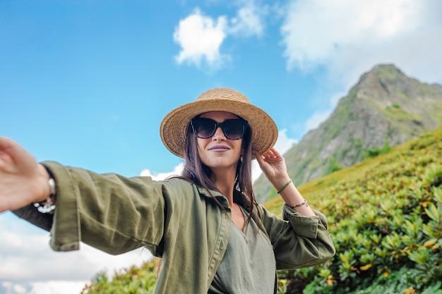 Piękna szczęśliwa młoda kobieta w górach w tle mgła