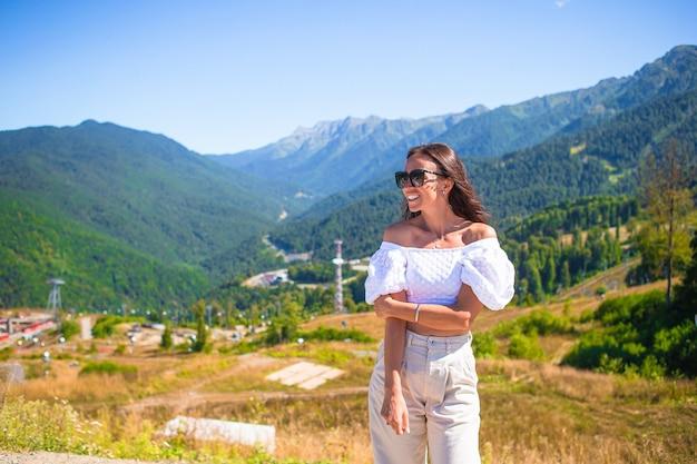 Piękna szczęśliwa młoda kobieta w górach