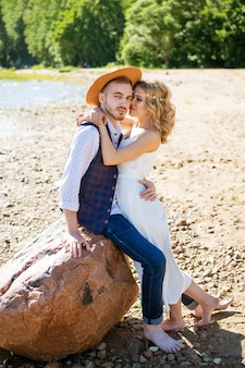 Piękna szczęśliwa młoda para przytulanie na plaży w słoneczny letni dzień