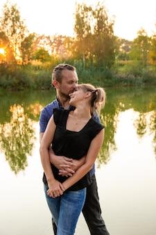 Piękna, szczęśliwa para bawi się na tle przyrody