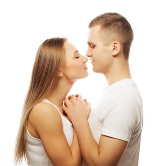 Piękna szczęśliwa para przytulanie