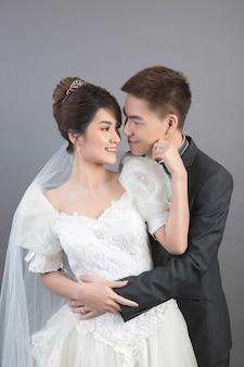 Piękna szczęśliwa para w ślubie w studiu