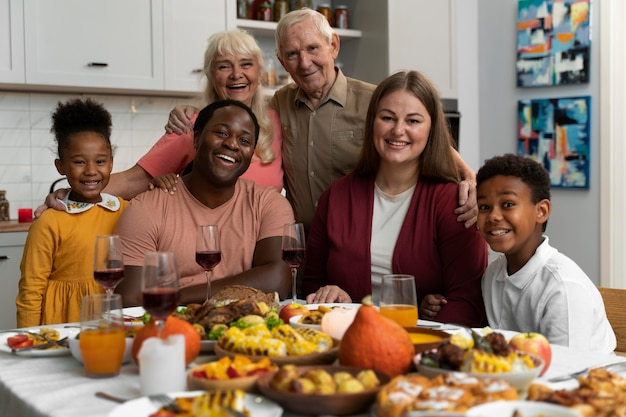 Piękna szczęśliwa rodzina jedząca razem obiad dziękczynny