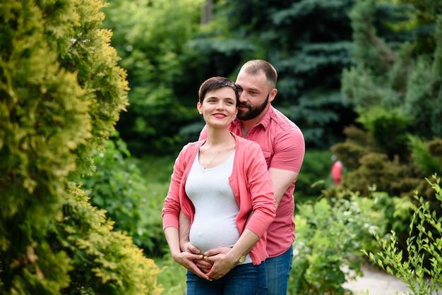 Piękna szczęśliwa rodzina spodziewa się dziecka.