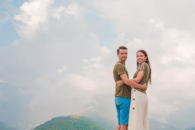 Piękna szczęśliwa rodzina w górach w scenie mgła