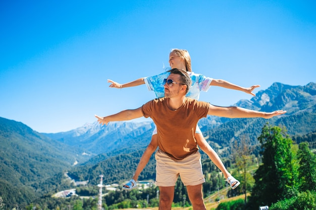 Piękna szczęśliwa rodzina w górach