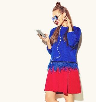 Piękna szczęśliwa śliczna uśmiechnięta seksowna brunetki kobiety dziewczyna w przypadkowych kolorowych letnich ubraniach z czerwonymi wargami