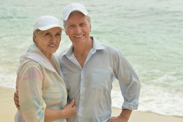 Piękna szczęśliwa starsza para odpoczywa w tropikalnym kurorcie