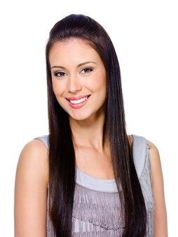 Piękna szczęśliwa uśmiechnięta młoda kobieta z ciemnymi długimi prostymi włosami
