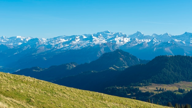 Piękna szwajcarska góra w lecie