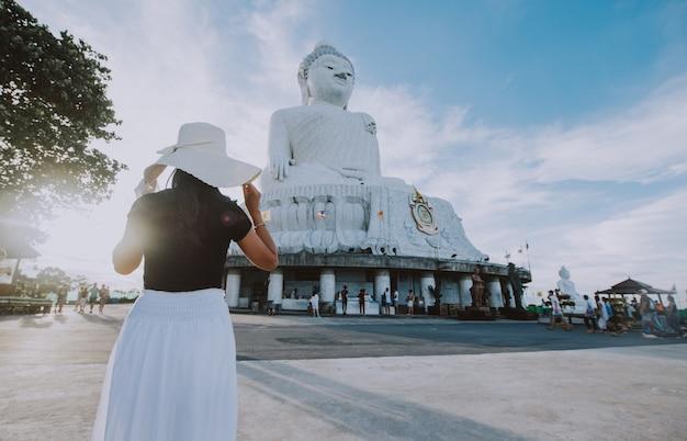 Piękna tajlandzka dziewczyna odwiedza dużego buddha w phuket