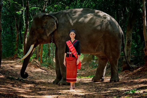 Piękna tajlandzka dziewczyna w tradycyjnym smokingowym kostiumu. tajlandzka kobieta w tradycyjnym kostiumu z słoniem.